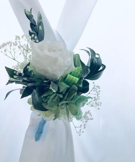 【プリザーブドフラワー/白薔薇とグリーンの爽やかなコサージュ/ブートニア】