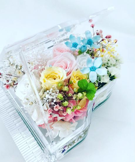 【プリザーブドフラワー/グランドピアノシリーズ】淡い色した花たちのピュアな輝きに四ツ葉のクローバーをそえて【フラワーケース付き】