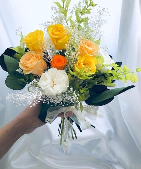 【プリザーブドフラワー/黄色と白、オレンジローズとグリーンのクラッチブーケ】