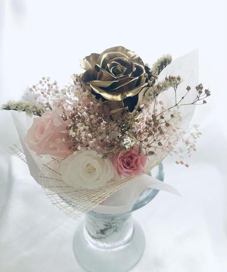 ゴールドローズとパステルピンクの花束ガラス花器アレンジ(フラワーケースリボンラッピング付き)