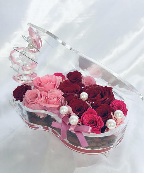 【プリザーブドフラワー/グランドピアノリングピローウェディング】ピンクと赤い薔薇とパールの恋する輝く涙。ピアノに敷き詰められ薔薇色の愛と秘めた思いに輝く涙の宝石