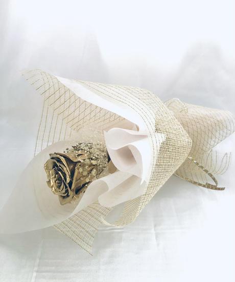 金色の薔薇とかすみ草の一輪花束(花束ラッピング付き プリザーブドフラワー)