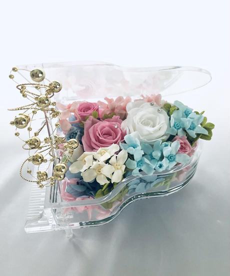 【プリザーブドフラワー/グランドピアノシリーズ】ピンクと白の薔薇が寄り添うように聴いている透明なピアノの優しいメロディ