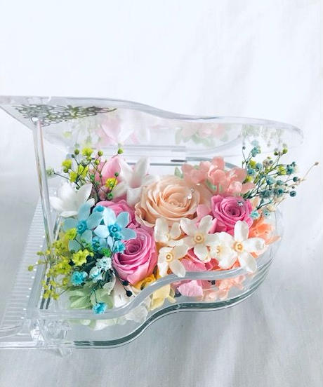 【プリザーブドフラワー/グランドピアノシリーズ】透明のグランドピアノに魔法のように咲いた薔薇と小花の優しいメロディー【リボンラッピング付き 】