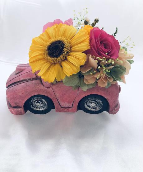 【プリザーブドフラワーピンクの車の黄色いガーベラローズアレンジ】フラワーケースリボンラッピング付き