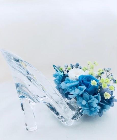 【プリザーブドフラワー/ガラスの靴シリーズ】ブルーローズと白の可憐なミニ薔薇とハートたちの楽しい時間