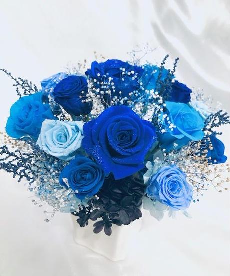 プリザーブドフラワー/星空に染まった青い薔薇の神秘と奇跡/ 陶器花器アレンジ/フラワーケース付き