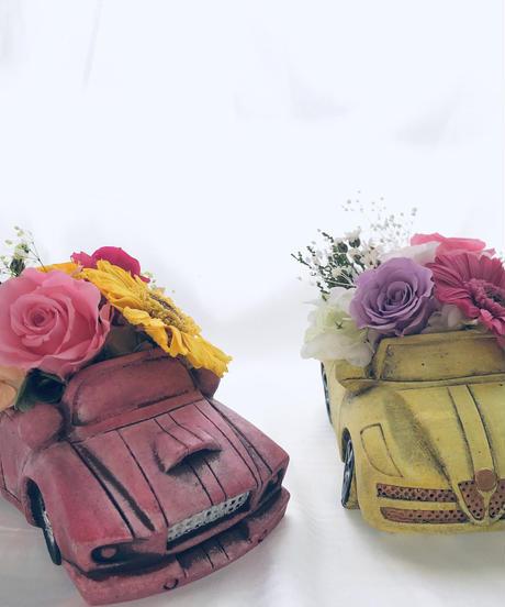 【プリザーブドフラワー黄色い車のピンクガーベラローズアレンジ】フラワーケースリボンラッピング付き