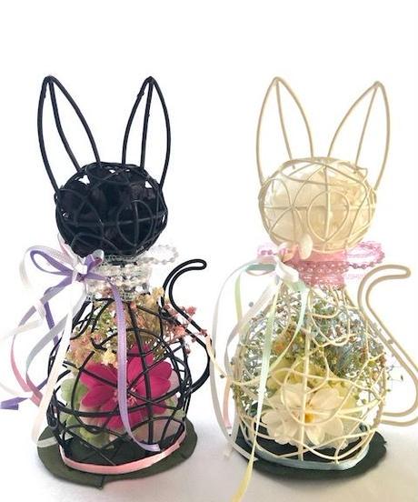 黒猫のミニ薔薇とジニアアレンジ/プリザーブドフラワー(保護猫応援アレンジ)