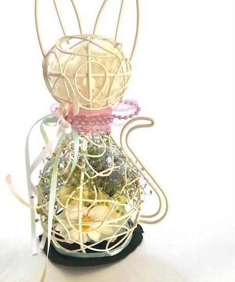 白猫のミニ薔薇とジニアのアレンジ/プリザーブドフラワー(保護猫応援アレンジ)