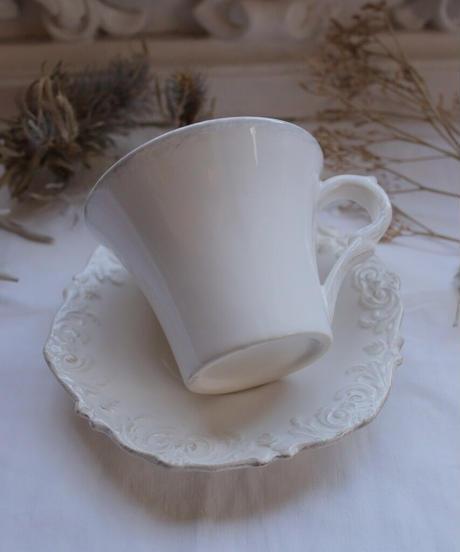 VTG white shabby relief tea cup