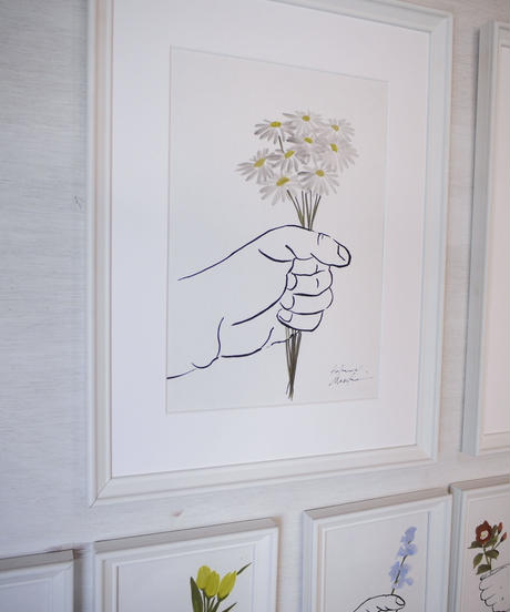 give the flower [daisy]