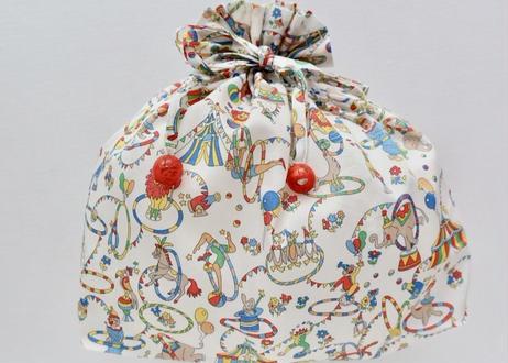 リバティトラベル巾着・アイザックスジュビリー(サーカス柄)・ホワイト