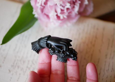 victorian brooch, Hand + panier
