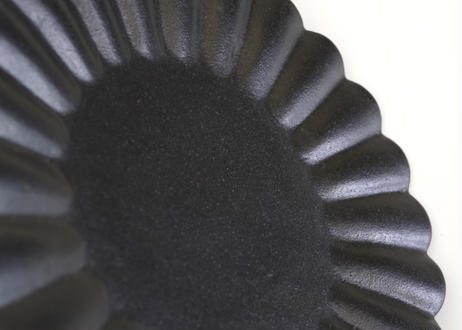 安部03 :  黒釉輪花皿・大