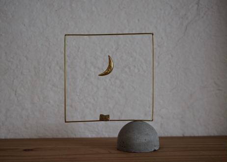 四角い窓のオブジェ(月と本)