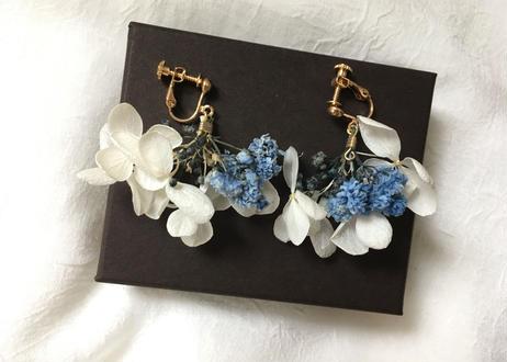 白いアジサイとかすみ草のふんわりイヤリング  ブルー系