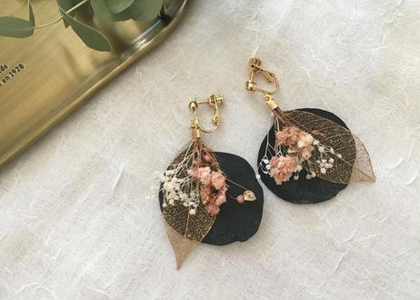 ポプルスとゴールドスケルトンリーフ、かすみ草のイヤリング ピンク系