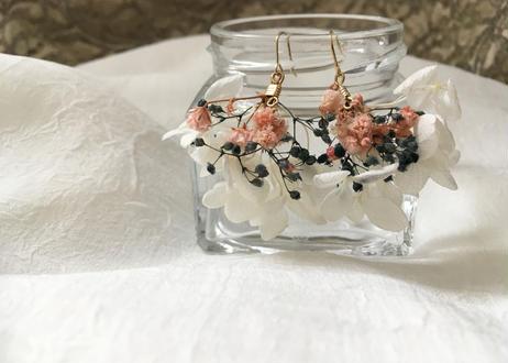 白いアジサイとカスミソウのふんわりピアス ピンク系
