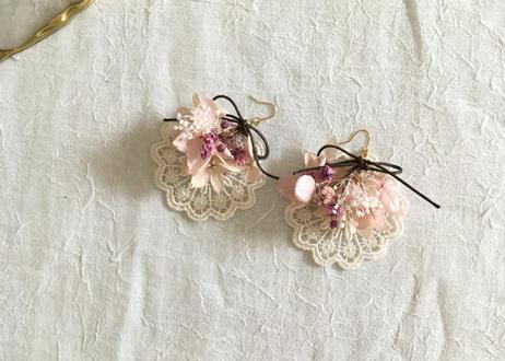 ラウンドレースとお花のピアス  ピンク系