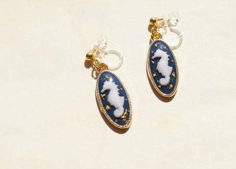 純金箔とタツノオトシゴの耳飾り  Pure Gold Leaf and Seahorse Earrings