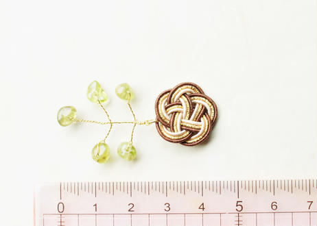 金沢水引とペリドットの小枝の耳飾り Mizuhiki and Peridot Twig Earrings