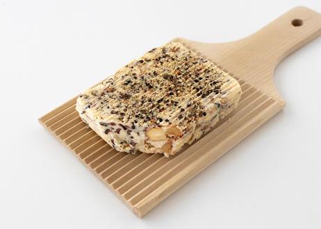 【スモークバター】「ダンディー・ピーティ」ピート・ウイスキーオークで燻製したバターに桜のチップで燻製した三種ナッツ、カカオニブと黒胡椒(発送目安:注文から3ヶ月〜6ヶ月)