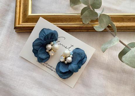花びらのパールビジュー刺繍耳飾り〈ネイビー〉