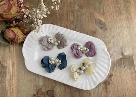 花びらのパールビジュー刺繍 耳飾り〈ホワイト〉