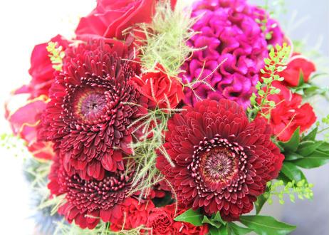 レッドガーベラとバラの華やかアレンジメント