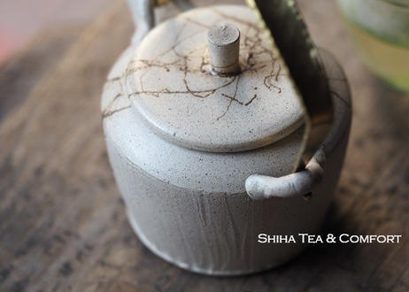 甚秋白泥藻掛金属把手急須 Jinshu  White Top Handle Teapot with Seaweed Kyusu