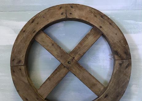 小ぶりの木製車輪飾り物