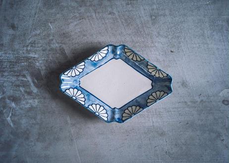 隅入菱形皿