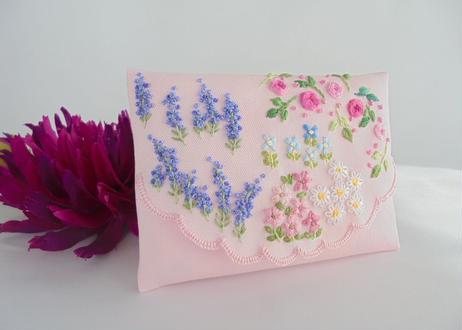 手刺繍ポケットティッシュケース ラベンダーとバラの咲く庭【1点限り】 イングリッシュガーデン