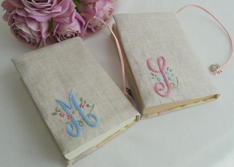 手刺繍イニシャルと忘れな草の文庫本ブッカバー・聖書用ブックカバー