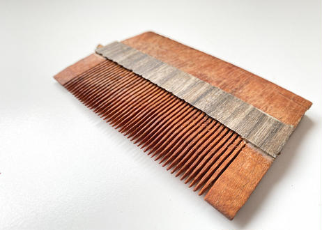 毎日髪を梳かしましょう。薬木・紫檀の櫛  オイル入れ付き|中央インド