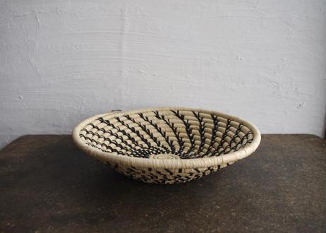 ウガンダ 手編み籠(黒螺旋)27cm
