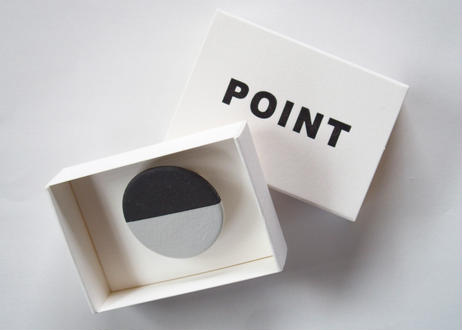 POINT HALF brooch Black / White
