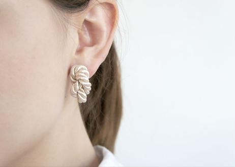 NOEUD 8knot-pierce / earrings Beige
