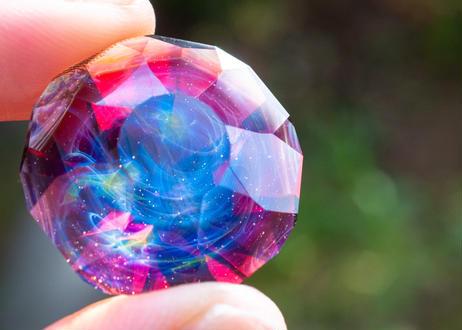 ダイヤモンド型オブジェ 宇宙 ルビー (ボロシリケイトガラス) GN-12213