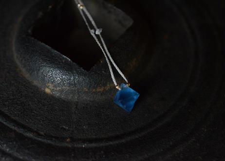 ブルーフローライト/一粒の鉱物ネックレス129