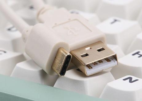 USB-C カールコード(1.0m/USB(A)オス - USB(C)オス/ホワイト/ブラック)