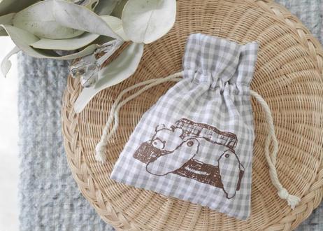 パジャマみたいな生地の巾着『トランクから脱走するクマ』
