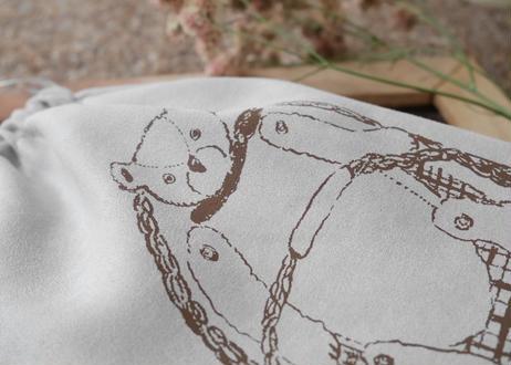 スエード巾着 『低気圧のせいで起きれないクマ』