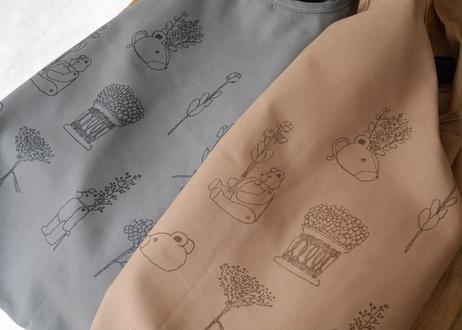 やわらかい布のエコバッグ マチなしトート型 「クマと花」