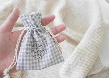 パジャマみたいな生地の巾着『クマのぬいぐるみを腕枕するおじさん』