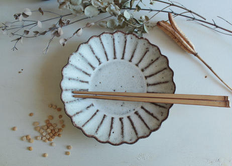 鉄粉のある 菊の鉢皿 17cm 静かで豊かな時間