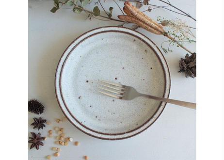 鉄粉のある 細リムの丸いお皿 17cm 静かで豊かな時間 陶器