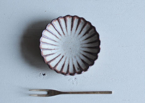 鉄粉のあるちいさな花の豆皿 菊 静かで豊かな時間 陶器