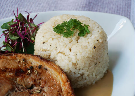 厚切り豚バラ肉の柔らかブランケット ~バターライス添え~
